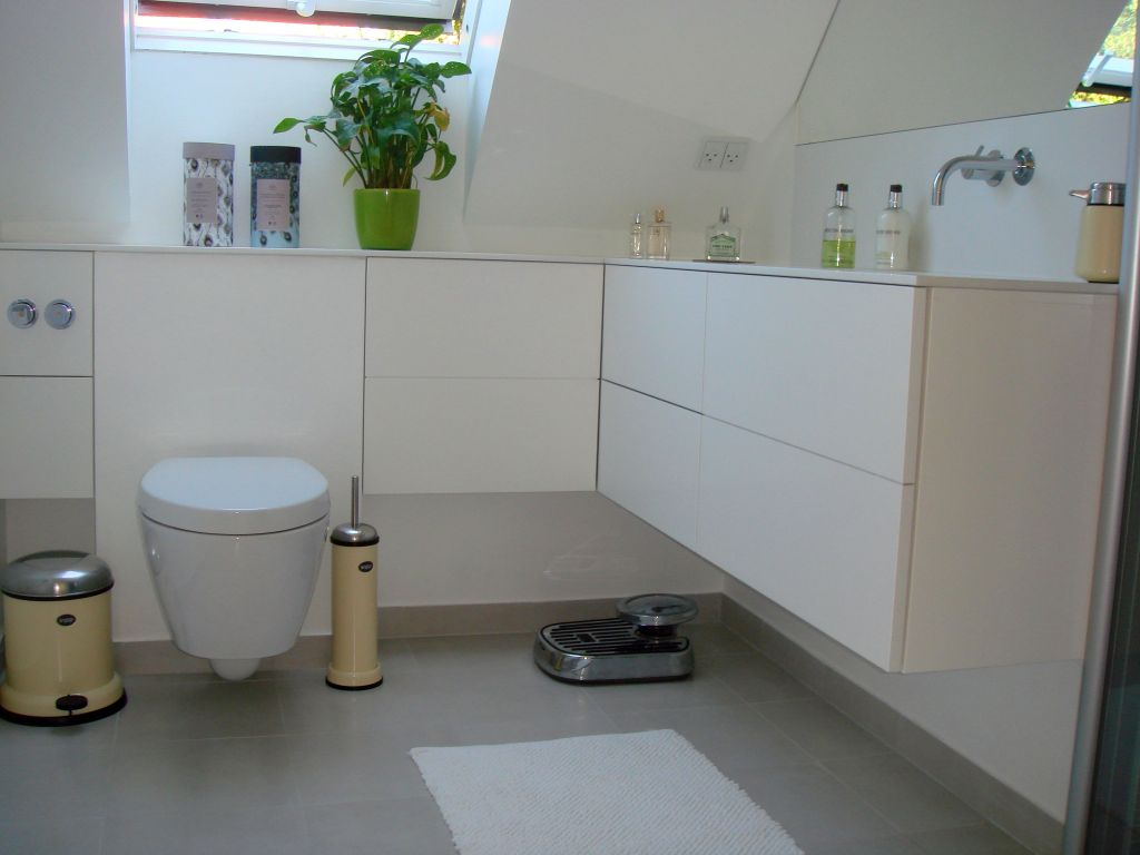 Frithængende Badeværelsesmøbler med Avonite Vask