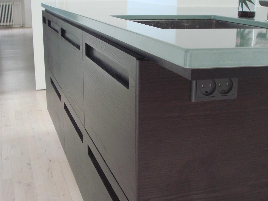 Køkken I Mørkbejdset Askefiner Og Avoniite Bordplade