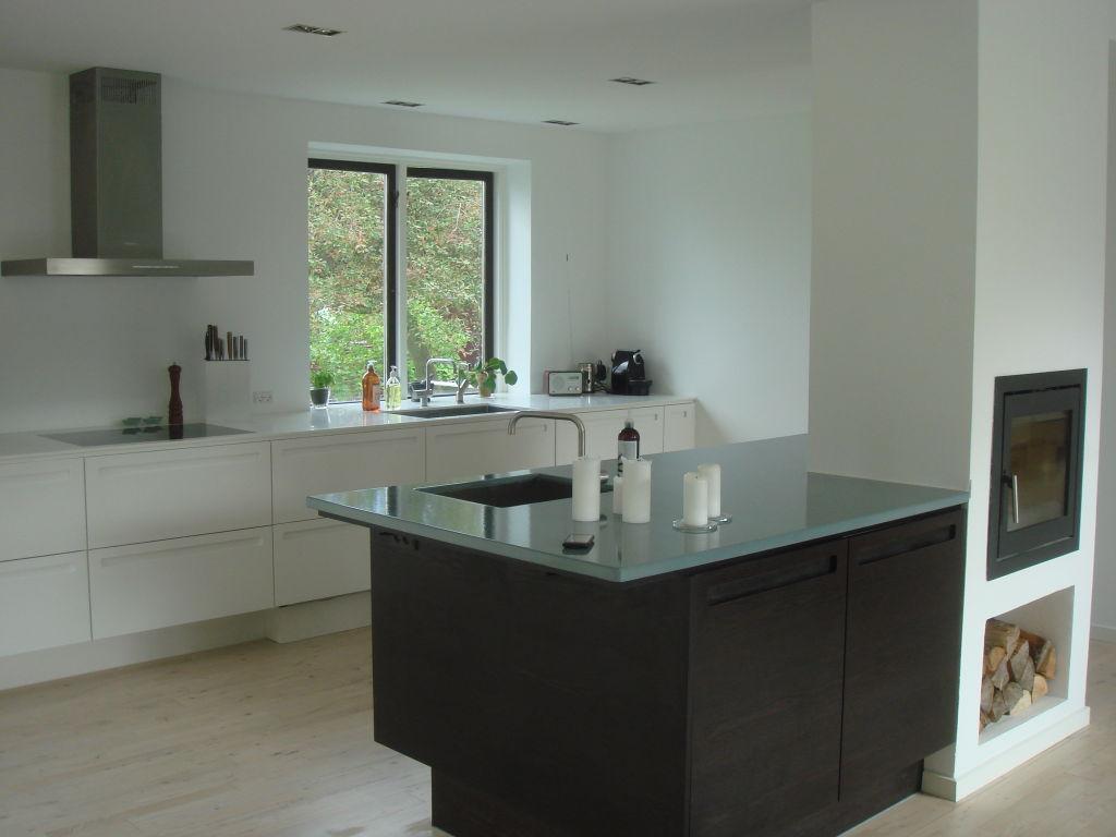 Køkken i Mørkbejdset Askefiner med Lava bordplade