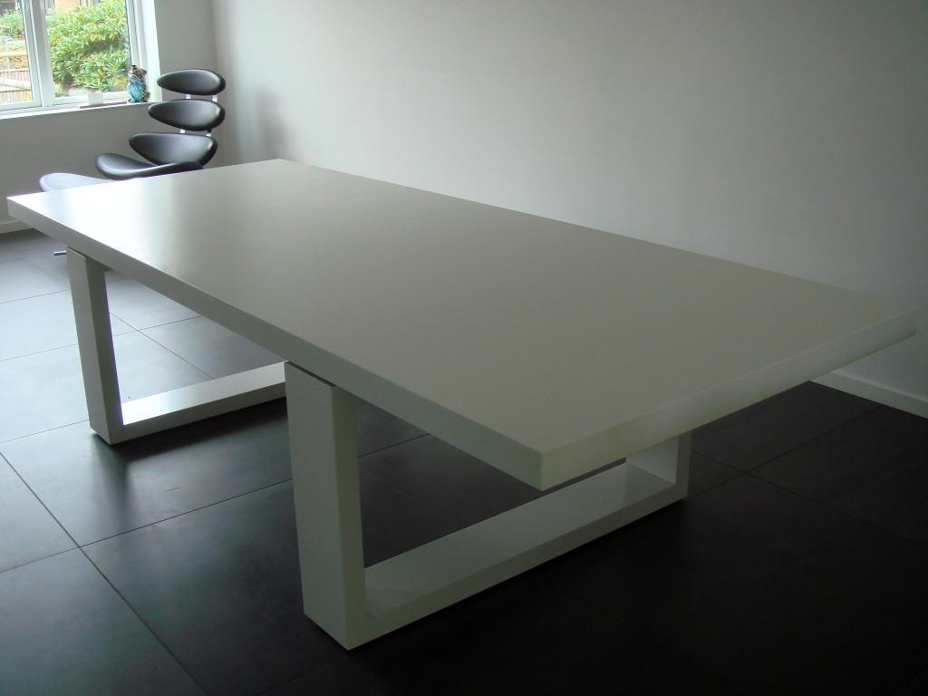 Spisebord med Solid Surface Bordplade