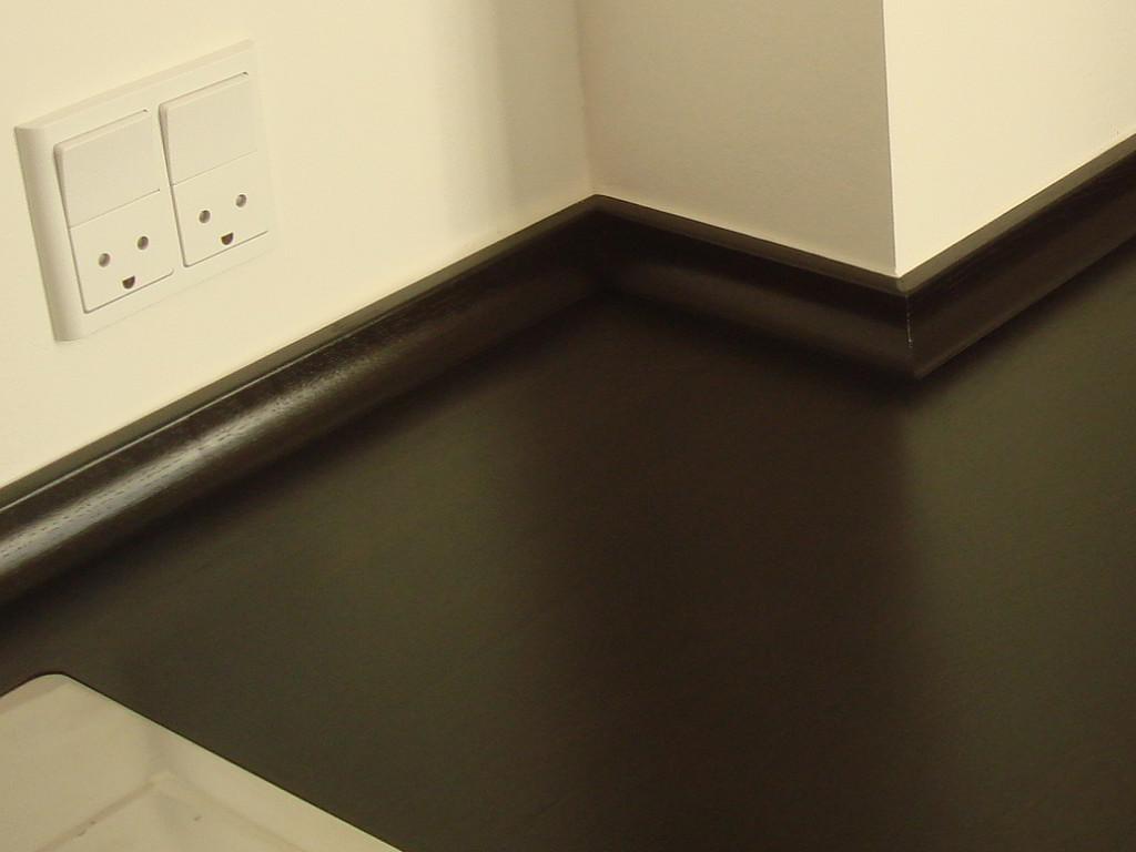 Køkken med bordplade af mørkolieret røget egetræ