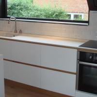 Køkken Med Lakeret Egetræ Og Hvidmalede Fronter