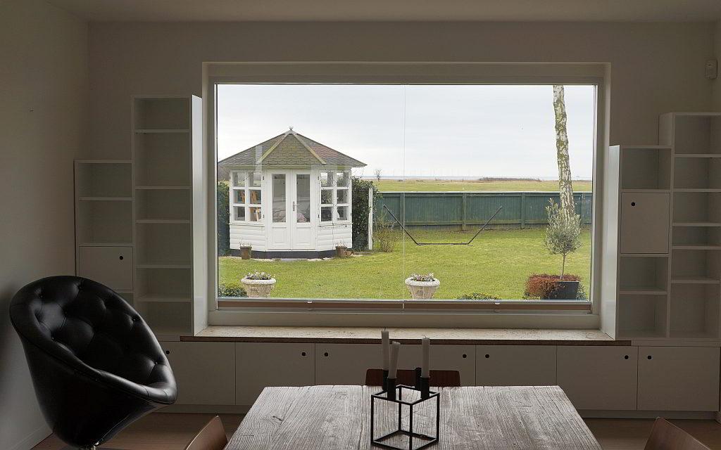 Reol som siddemøbel rundt om panorama vindue