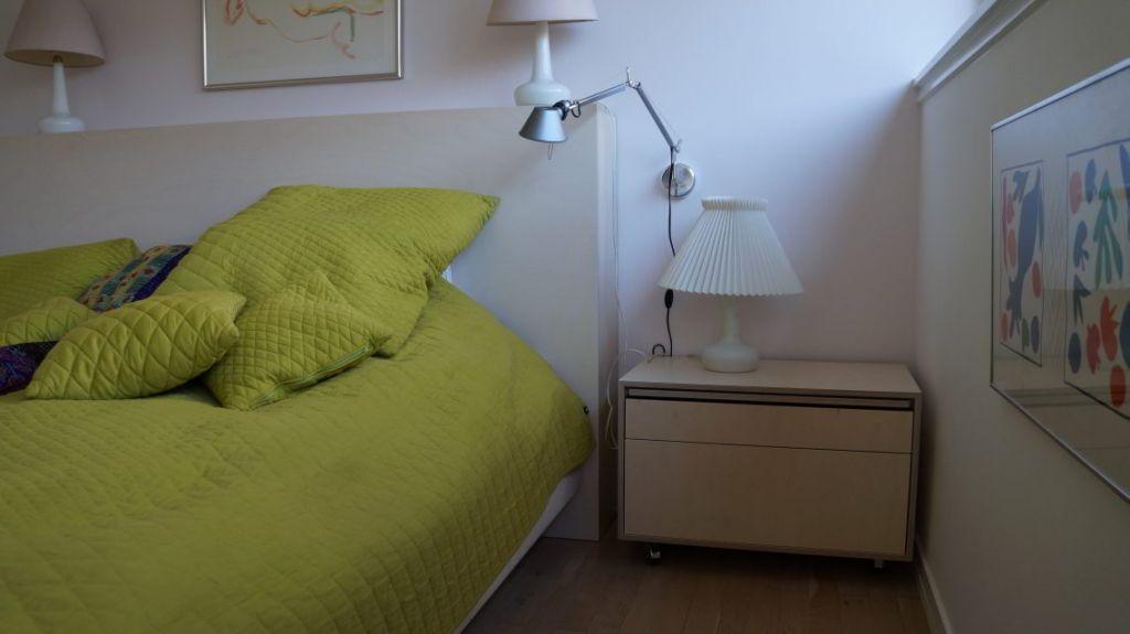 Sengegavl og sengebord med udtræksplade